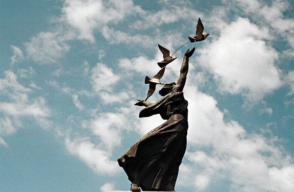 """Дніпро. Скульптура """"Мир""""."""